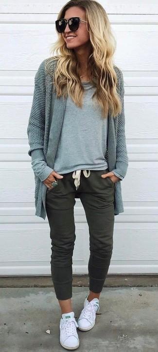 Comment porter: gilet gris, t-shirt à manche longue gris, pantalon de jogging olive, baskets basses en toile blanches
