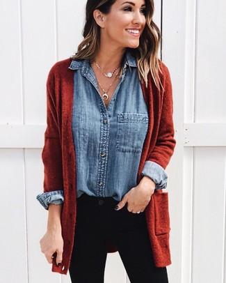 Comment porter: gilet tabac, chemise en jean bleue, jean skinny noir, pendentif doré