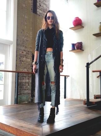 Comment porter: gilet à franges noir, top court noir, jean déchiré bleu clair, bottines à lacets en daim noires