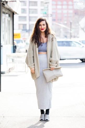 Comment porter: gilet en tricot beige, top court gris, jupe longue grise, mules en daim grises