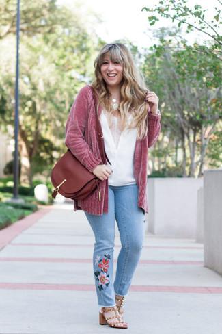 Comment porter un top sans manches en soie blanc: Opte pour un top sans manches en soie blanc avec un jean brodé bleu clair pour une tenue raffinée mais idéale le week-end. Une paire de des sandales à talons en cuir à clous marron est une option avisé pour complèter cette tenue.