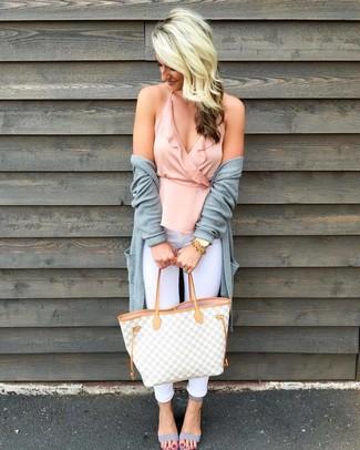 Comment porter: gilet gris, top sans manches à volants rose, jean skinny blanc, sandales à talons en cuir grises