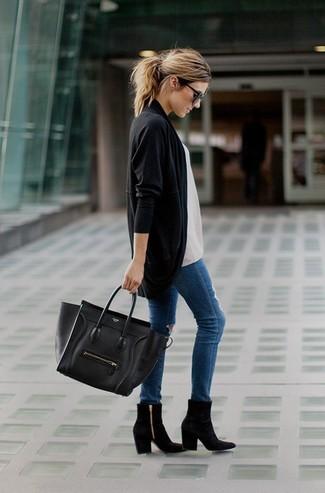 Les journées chargées nécessitent une tenue simple mais stylée, comme un gilet noir et un jean skinny déchiré bleu. Rehausse cet ensemble avec une paire de des bottines en daim noires.