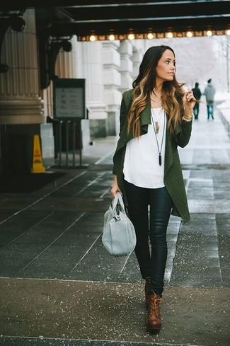 Comment porter: gilet vert foncé, top sans manches blanc, pantalon slim en cuir noir, bottines à lacets en cuir marron