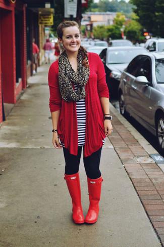 Comment porter: gilet rouge, tunique à rayures horizontales blanc et bleu marine, leggings bleu marine, bottes de pluie rouges