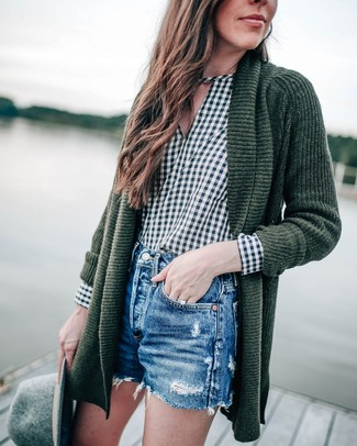 Comment porter: gilet en tricot vert foncé, chemisier à manches longues en vichy vert foncé, short en denim déchiré bleu, chapeau en laine gris