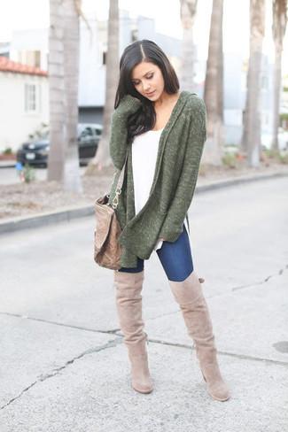 Comment porter: gilet vert foncé, t-shirt à col rond blanc, jean skinny bleu marine, sac bandoulière en cuir marron