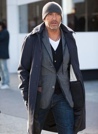 Comment porter: imperméable noir, blazer en coton gris, cardigan noir, t-shirt à col en v blanc