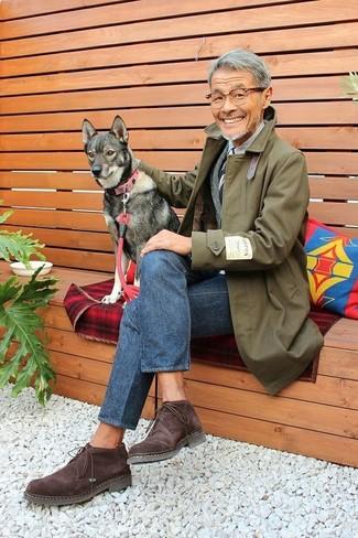 Comment porter un blazer en laine gris quand il fait frais: Essaie d'associer un blazer en laine gris avec un jean bleu marine pour un look idéal au travail. Cette tenue est parfait avec une paire de des bottines chukka en daim marron foncé.