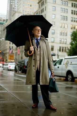 Comment porter: imperméable olive, blazer beige, chemise de ville bleu clair, pantalon de costume noir