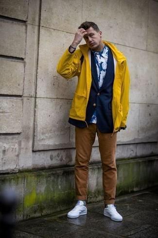 Comment porter: imperméable jaune, blazer bleu marine, chemise de ville à fleurs bleue, pantalon chino marron
