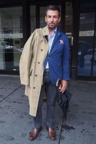 Comment porter un blazer bleu: Associe un blazer bleu avec un pantalon chino gris foncé pour aller au bureau. Complète cet ensemble avec une paire de des double monks en cuir bordeaux pour afficher ton expertise vestimentaire.