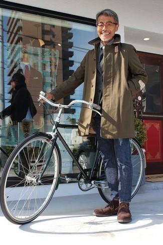 Comment porter un blazer en laine gris quand il fait frais: Marie un blazer en laine gris avec un jean bleu pour créer un look chic et décontracté. Cette tenue se complète parfaitement avec une paire de des bottines chukka en daim marron.