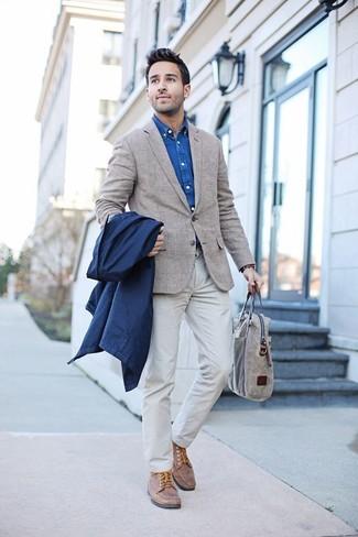 Comment porter un sac fourre-tout en cuir beige: Essaie de marier un imperméable bleu marine avec un sac fourre-tout en cuir beige pour une tenue relax mais stylée. Habille ta tenue avec une paire de des chaussures bateau en cuir marron.