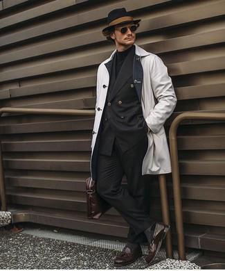 Comment porter: imperméable blanc, blazer croisé noir, pull à col roulé noir, pantalon de costume noir