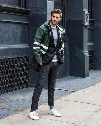 Comment porter: imperméable vert foncé, blazer en laine gris foncé, pull à col rond gris, t-shirt à col rond blanc