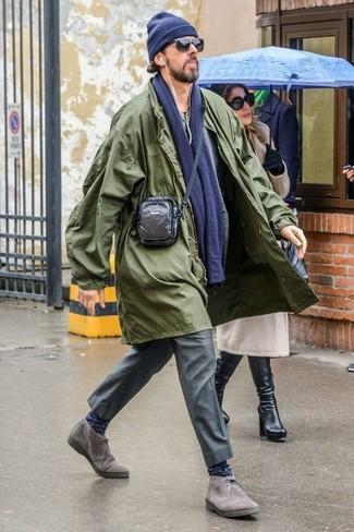 Comment porter: imperméable olive, blazer en laine gris, t-shirt à col boutonné olive, pantalon de costume gris
