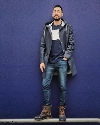 Comment porter: imperméable bleu marine, pull à col rond bleu marine et blanc, jean bleu marine, bottes d'hiver marron