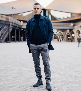 Comment porter: imperméable bleu marine, pull à col roulé bleu marine, pantalon chino gris, bottines chelsea en daim bleu marine