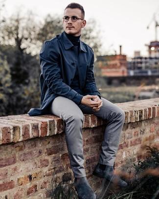 Comment porter: imperméable bleu marine, pull à col roulé noir, pantalon chino gris, bottines chelsea en daim gris foncé