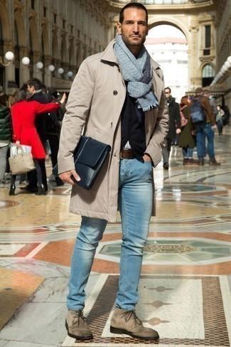 Tendances mode hommes: Pour créer une tenue idéale pour un déjeuner entre amis le week-end, porte un imperméable beige et un jean bleu clair. Rehausse cet ensemble avec une paire de des bottines chukka en daim beiges.