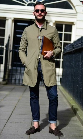 Comment porter: imperméable olive, chemise à manches longues rose, jean bleu marine, mocassins à pampilles en daim marron foncé