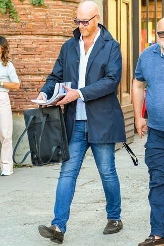 Comment porter un sac à dos en toile noir: Opte pour un imperméable bleu marine avec un sac à dos en toile noir pour un look idéal le week-end. Une paire de des slippers en daim marron foncé est une façon simple d'améliorer ton look.