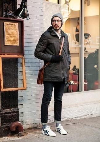Comment porter des baskets basses en toile blanc et bleu marine: Pour une tenue de tous les jours pleine de caractère et de personnalité marie un imperméable gris foncé avec un jean bleu marine. Cette tenue est parfait avec une paire de baskets basses en toile blanc et bleu marine.