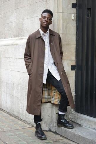 Comment porter: imperméable marron, chemise à manches longues blanche, pantalon chino noir, bottes de loisirs en cuir noires