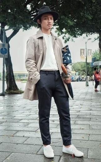 Comment porter une pochette en toile bleu marine: Pense à porter un imperméable beige et une pochette en toile bleu marine pour un look confortable et décontracté. Opte pour une paire de des baskets basses en toile blanches pour afficher ton expertise vestimentaire.