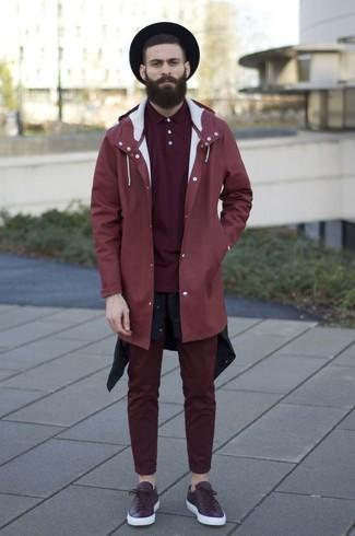 Comment porter: imperméable rouge, chemise à manches longues noire, polo bordeaux, pantalon chino bordeaux