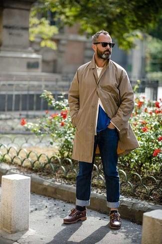 Comment porter: imperméable marron clair, chemise à manches longues beige, t-shirt à col rond bleu, jean bleu marine