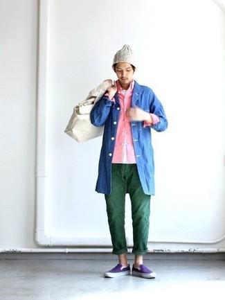 Comment porter: imperméable bleu, chemise à manches longues rose, t-shirt à col rond blanc, jean vert foncé
