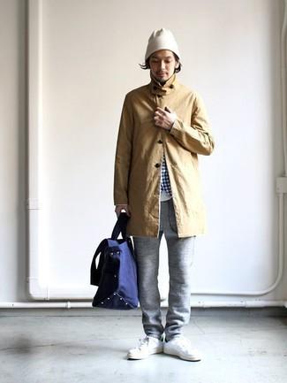 Comment porter: imperméable marron clair, chemise à manches longues en vichy blanc et bleu, t-shirt à col rond blanc, pantalon de jogging gris