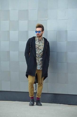 Comment porter des chaussures derby en cuir bleu marine: Pense à marier un imperméable bleu marine avec un pantalon chino marron clair pour une tenue confortable aussi composée avec goût. Termine ce look avec une paire de des chaussures derby en cuir bleu marine pour afficher ton expertise vestimentaire.