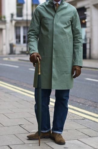 Comment porter des gants en cuir marron: Porte un imperméable vert menthe et des gants en cuir marron pour une tenue relax mais stylée. D'une humeur audacieuse? Complète ta tenue avec une paire de des bottines chukka en daim marron clair.