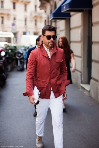 Comment porter: imperméable rouge, chemise de ville blanche, pantalon chino blanc, bottines chukka en daim grises