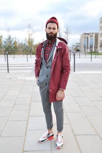 Comment porter: imperméable rouge, costume gris, chemise à manches longues écossaise rouge, baskets basses multicolores