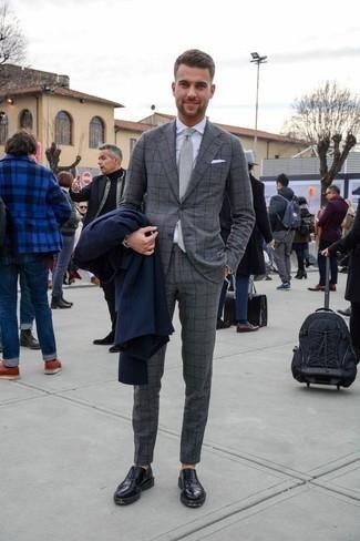 Comment porter un imperméable bleu marine: Marie un imperméable bleu marine avec un costume à carreaux gris si tu recherches un look stylé et soigné. Fais d'une paire de des chaussures richelieu en cuir noires ton choix de souliers pour afficher ton expertise vestimentaire.