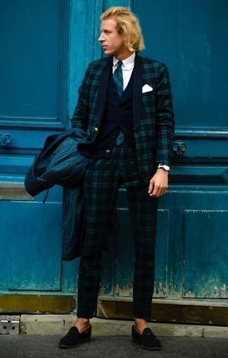Comment porter un costume écossais bleu marine et vert: Opte pour un costume écossais bleu marine et vert avec un imperméable à carreaux vert foncé pour créer un look chic et décontracté. Une paire de mocassins à pampilles en daim noirs ajoutera de l'élégance à un look simple.
