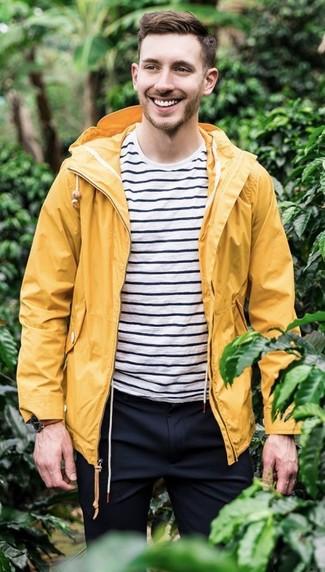 Comment porter: imperméable jaune, t-shirt à col rond à rayures horizontales blanc et noir, pantalon de costume bleu marine, montre en cuir marron