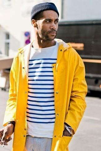 Comment porter: imperméable jaune, t-shirt à manche longue à rayures horizontales blanc et bleu marine, pantalon chino gris, bonnet bleu marine