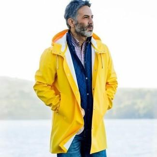 Comment porter: imperméable jaune, veste-chemise matelassée bleue, chemise à manches longues écossaise blanc et rouge et bleu marine, jean bleu