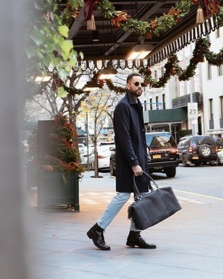 Comment porter un imperméable bleu marine: Pour créer une tenue idéale pour un déjeuner entre amis le week-end, pense à porter un imperméable bleu marine et un jean bleu clair. D'une humeur audacieuse? Complète ta tenue avec une paire de des bottes de loisirs en cuir noires.