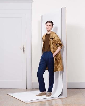 Comment porter: imperméable marron clair, pull à col rond marron, pantalon de costume bleu marine, baskets basses marron