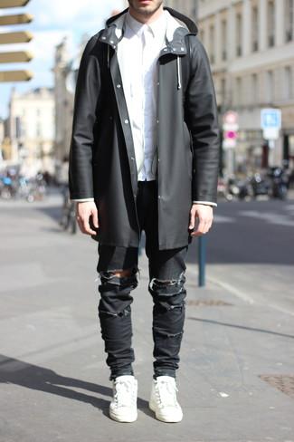 Comment porter: imperméable noir, chemise de ville blanche, jean skinny déchiré noir, baskets basses en cuir blanches