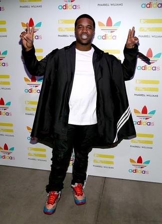 Comment porter: imperméable noir, t-shirt à col rond blanc, pantalon de jogging noir, chaussures de sport rouges