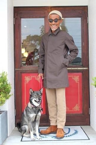 Comment porter: imperméable marron foncé, pantalon chino beige, bottes de travail en daim tabac, bonnet beige
