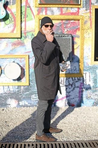 Comment porter: imperméable noir, pantalon chino gris foncé, chaussures richelieu en daim marron, bonnet noir