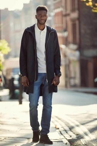 Comment porter des bottines chukka en daim marron foncé: Associe un imperméable noir avec un jean bleu pour obtenir un look relax mais stylé. Jouez la carte classique pour les chaussures et opte pour une paire de des bottines chukka en daim marron foncé.